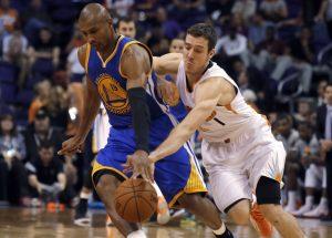 El guardia de los Suns Goran Dragic (1) trata de robarlr el balón al guardia Leandro Barbosa. Foto: AP