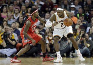 """LeBron James (der) aportó un """"triple doble"""" contra los Pelicans. Foto: AP"""