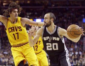 El argentino Manu Ginóbili, de los Spurs de San Antonio, dribla al brasileño Anderson Varejao, de los Cavaliers de Cleveland. Foto: AP