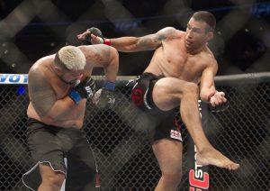 Mark Hunt (izq) combate en contra del brasileño Fabricio Werdum durante la función de UFC en México. Foto: AP
