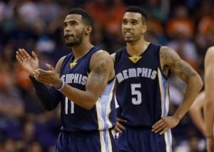Mike Conley y Courtney Lee, de los Grizzlies, festejan durante el partido ante los Suns de Phoenix. Foto: AP