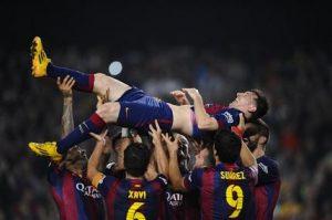 El jugador argentino del Barcelona Lionel Messi manteado por sus compañeros tras marcar ante el Sevilla en un partido de Liga, proclamándose máximo goleador histórico de la competición en el Camp Nou, en Barcelona, el 22 de noviembre de 2014.  Foto: AP