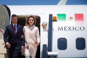Enrique Peña Nieto elogió a su esposa Angélica Rivera por haber hecho público cómo adquirió una mansión en la capital del país. Foto: AP