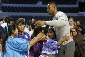 Dwight Howard, de los Rockets de Houston, es abrazado por un grupo de basquetbolistas de la etnia rarámuri, durante el entrenamiento de ayer en la ciudad de México. Foto: AP