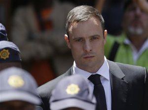 Pistorius dijo haber confundido a Steenkamp con un intruso que había ingresado en su casa de noche cuando la mató. Foto: AP
