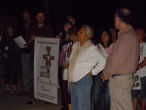 Petra Falcon, directora de Promesa Arizona, encabeza la vigilia. Foto: franciscanaction.org