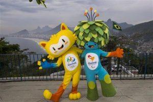 Las mascotas de los juegos Olímpicos, a la izquierda, y Paralímpicos, a la derecha, posan para una foto en Leme Fort, con la playa de Copabana al fondo, en Río de Janeiro. Foto: AP