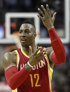 Dwight Howard, de los Rockets de Houston, reclama una falta durante el partido. Foto: AP