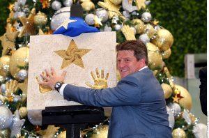 """El """"Piojo"""" develó ayer las huellas de sus manos en la Plaza de las Estrellas de la capital mexicana. Foto: Agencia Reforma"""
