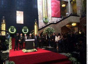 Entre aplausos, familiares y amigos despidieron las cenizas de Vicente Leñero, en el Palacio de Bellas Artes. Foto: Agencia Reforma