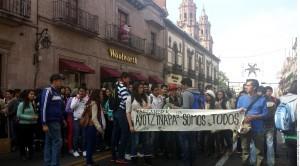 El crimen generó protestas el domingo y lunes en Uruapan, donde cientos de ciudadanos salieron a las calles con veladoras y reclamos de justicia. Foto: Agencia Reforma