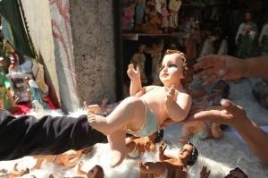 La figura de el Niño Jesús es la más importante en los nacimientos que se elaboran en la época navideña. Foto: Notimex