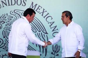 El secretario de Gobernación, Miguel Ángel Osorio Chong (izq), puso en marcha el operativo especial de seguridad en Tierra Caliente. Foto: Notimex