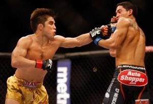 Henry Cejudo (izq) le conecta un jab de zurda a Dustin Kimura durante el evento UFC Fight Night en el U.S. Airways Center el sábado. Foto: Especial