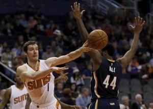 Goran Dragic (izq) y los Suns se alzaron con la victoria ante Indiana. Foto: AP