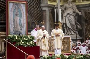 El papa Francisco (al centro) lanza incienso frente a una imagen de la Virgen de Guadalupe durante una misa en honor de la llamada Patrona de las Américas en la Basílica de San Pedro en el Vaticano. Foto: AP