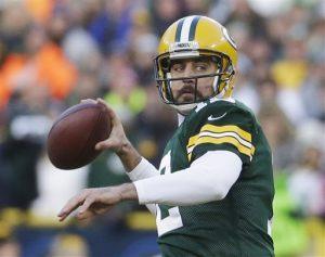 Aaron Rodgers, quarterback de los Packers de Green Bay, lanza un pase durante el encuentro del domingo. Foto: AP