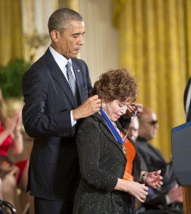 El presidente Barack Obama le entregó a la escritora chilena IsabelAllende la Medalla Presidencial de la Libertad, durante una ceremonia en la Casa Blanca. Foto: AP