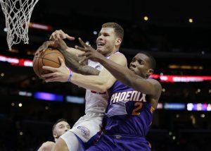 Blake Griffin, izq, recibe la falta por parte de Eric Bledsoe de los Suns en la primera mitad el lunes. Foto: AP