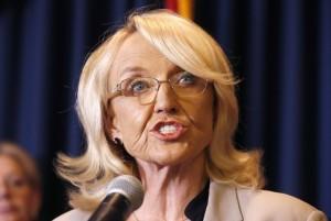 La gobernadora de Arizona Jan Brewer sometió una petición para negar licencias de conducir a los dreamers ante la Suprema Corte de Justicia de EU. Foto: AP