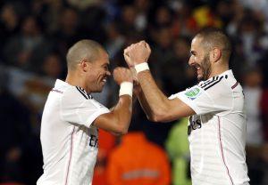 El jugador de Real Madrid, Karim Benzema, derecha, festeja con su compañero Pepe tras anotar un gol ante Cruz Azul en las semifinales del Mundial de Clubes. Foto: AP