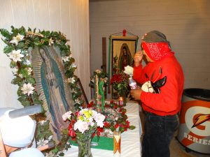 El hogar de los Cisneros, en el norte de Phoenix, acogió una de las celebraciones donde se veneró a la virgen morena. Foto: Sam Murillo/Mixed Voces