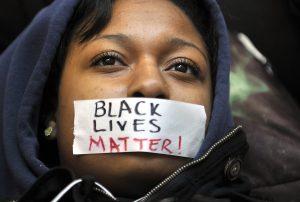 El incidente en Phoenix recuerda las protestas y manifestaciones masivas en todo el país por la reciente muerte de Michael Brown en Ferguson, Missouri. Foto: AP