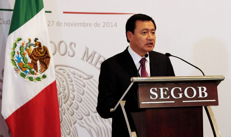 Osorio Chong dialoga con familiares de normalistas desaparecidos