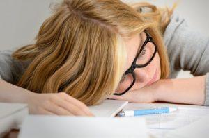 Los hábitos para dormir e incluso factores ambientales también pueden provocar dolor de cabeza. Foto: AP