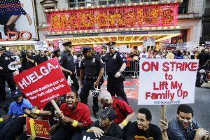El movimiento pro aumento salarial está ganando terreno en todo el país. Foto: AP