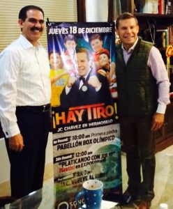 """El gobernador de Sonora, Guillermo Padrés, junto a la leyenda Julio César Chávez en el anuncio oficial del """"Chávez Festival"""" en Hermosillo. Foto: Cortesía"""