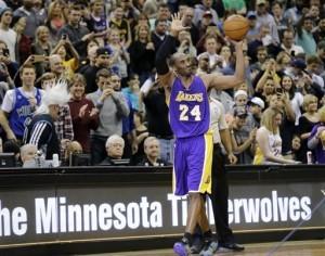 Kobe Bryant, escolta de los Lakers de Los Ángeles, agradece al público tras rebasar el total de puntos de Michael Jordan y desplazarlo como el tercer mejor anotador de la historia. Foto: AP