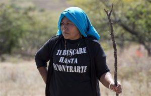 María Román busca en una colina en las afueras de Iguala a su hijo Marco Antonio Méndez Román, de 17 años, desaparecido en abril de 2013. Foto: AP