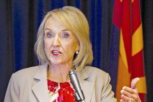"""En 2012 la gobernadora Jan Brewer emitió una orden ejecutiva para prohibir a los funcionarios estatales emitir licencias para los """"dreamers"""". Foto: AP"""