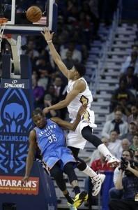 Anthony Davis, de los Pelicans de Nueva Orleáns, encesta pese a una falta de Kevin Durant, del Thunder de Oklahoma City. Foto: AP