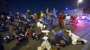 Más de un centenar de personas se manifestaron el jueves en Phoenix por la muerte de Rumain Brisbon. Foto: AP