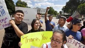 La decisión de otorgar licencias de conducir a los Dreamers podría beneficiar a unos 20 mil estudiantes. Foto: AP