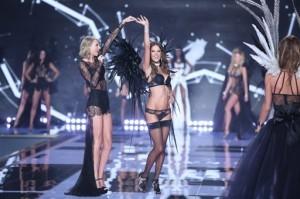 La modelo brasileña Alessandra Ambrosio y la cantante Taylor Swift en el desfile de Victoria's Secret en Londres. Foto: AP