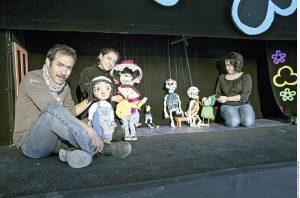 Humberto Camacho, Laura Hernández y Amaranta Leyva dan vida a las Marionetas de la Esquina. Tienen su propio foro: La Titería. Foto: Agencia Reforma