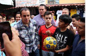 Cuauhtémoc Blanco recorrió las calles de Cuernavaca donde habitantes se acercaron a él para tomarse la foto y firmar autógrafos. Foto: Agencia Reforma