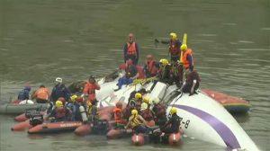 Vista del avión tumbado sobre uno de sus costados tras estrellarse. Foto: AP