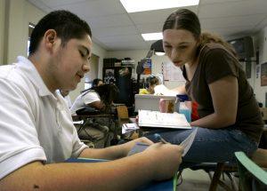 Los electores de Arizona aprobaron en 2006 por mayoría abrumadora una ley que prohíbe a personas que viven en el país sin autorización tener derecho a colegiatura con descuento. Foto: AP