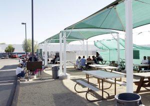 A pesar de las adversidades los jornaleros del norte de Phoenix siguen visitando el lugar en busca de trabajo. Foto: AP