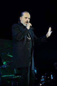 La locura envolvió al gran auditorio que se hizo uno en canto y en baile con el cantante español, lo que hizo mágica la noche en el Parque David Ben Gurión. Foto: Mixed Voces
