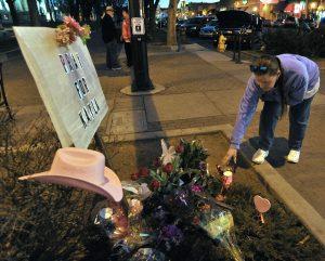 Melody Moravec deja una vela electrónica en un monumento improvisado para recordar a Kayla Mueller en Prescott, Arizona.  Foto: AP