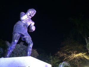 Con la presencia de amigos, distintas personalidades y miles de aficionados, el exboxeador Julio César Chávez fue homenajeado en esta ciudad, donde develaron una estatua en su honor. Foto: Notimex