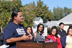 Carlos García, miembro de Puente Arizona, anuncia la realización de foros comunitarios en Phoenix. Foto: Lupita Samayoa