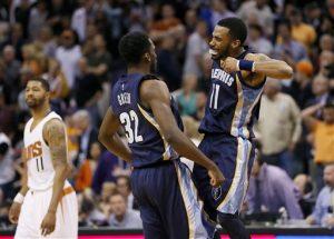 Jeff Green (32), de los Grizzlies de Memphis, festeja con Mike Conley luego de encestar el punto de la diferencia en un tiro libre ante los Suns de Phoenix,