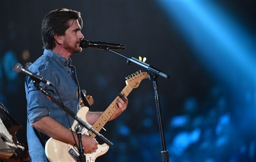 Juanes brilla cantando en los Grammy