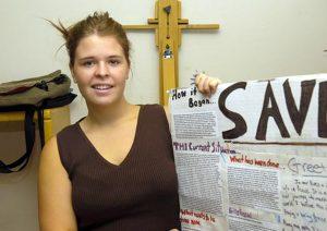 Kayla Mueller después de pronunciar un mensaje ante un grupo en Prescott, Arizona, el 30 de mayo de 2013. El grupo Estado Islámico dijo que Mueller, a la que tenía como rehén, murió el viernes 6 de febrero de 2015 durante un ataque aéreo jordano contra Raqa, en el norte de Siria. Foto: AP